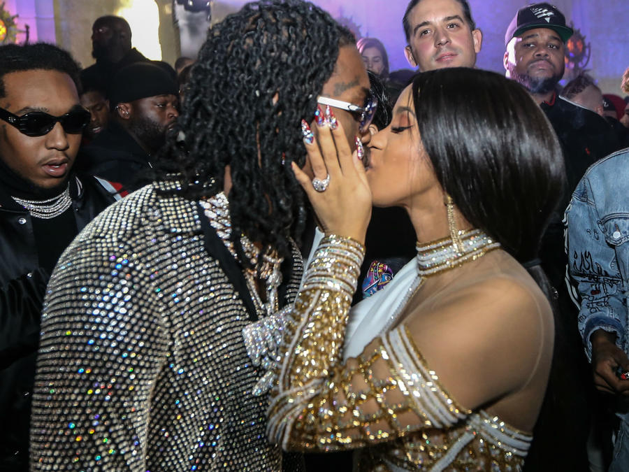 Cardi B besando a su prometido Offset