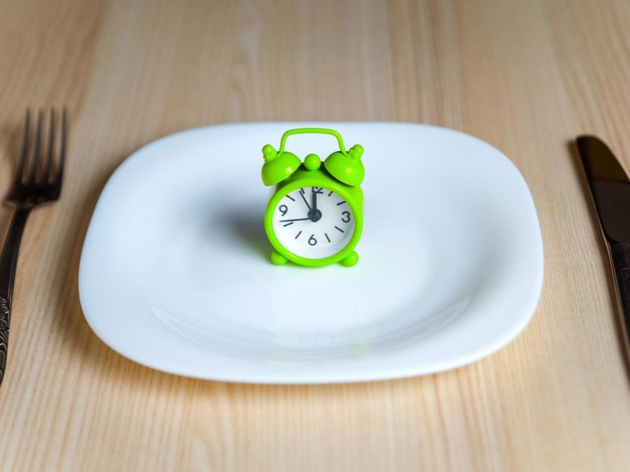 Reloj sobre plato