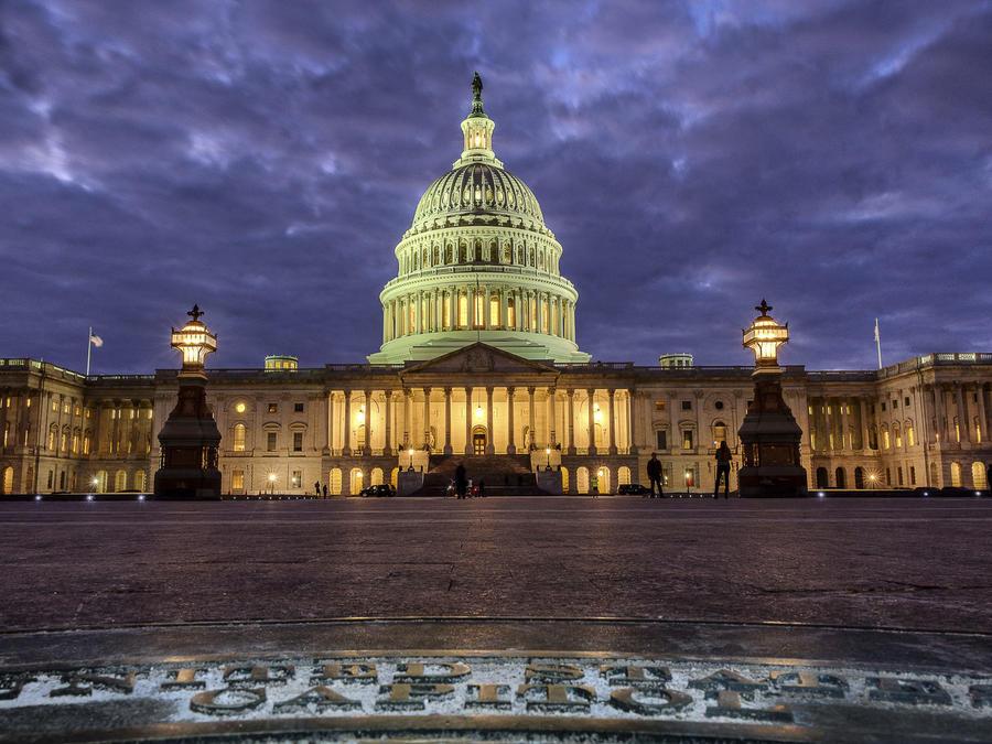 Las luces encendidas del Capitolio de Estados Unidos cuando cae la noche en Washington y el Congreso continúa negociando durante el segundo día del cierre del gobierno federal.