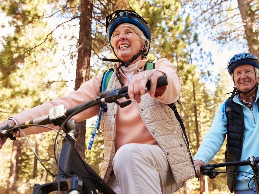 Ancianos andando en bicicleta