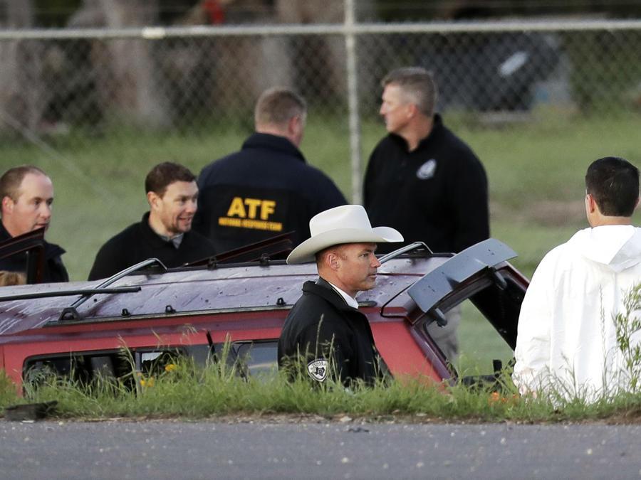 Los oficiales investigan la escena en la que un sospechoso de una serie de ataques con bombas en Austin se inmoló cuando las autoridades se acercaron, el miércoles 21 de marzo de 2018, en Round Rock, Texas. (AP Photo / Eric Gay)