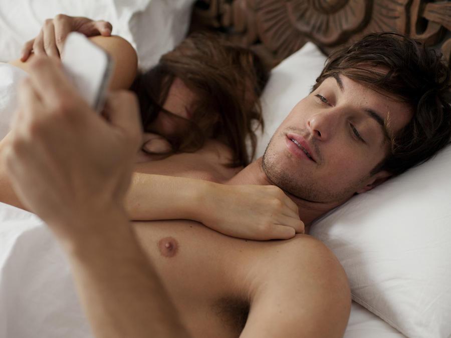 Hombre viendo su celular