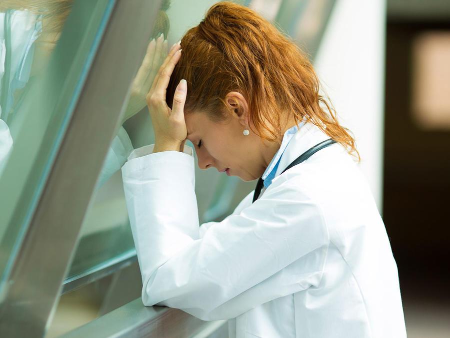 Médica estresada en el trabajo
