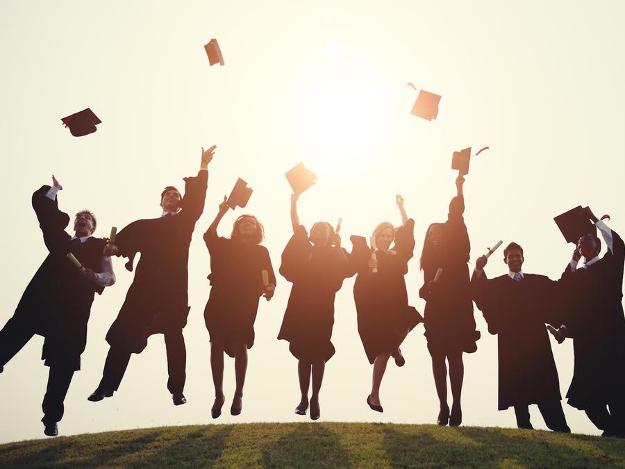 Grupo de graduados universitarios festejando