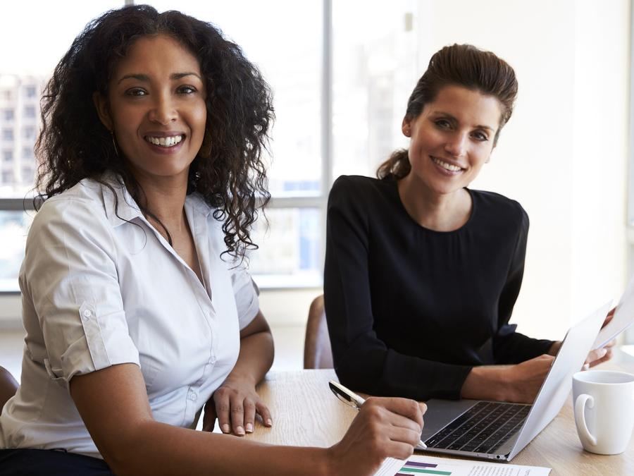 Dos mujeres empresarias con computadora