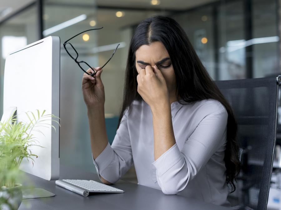 Mujer frustrada en oficina