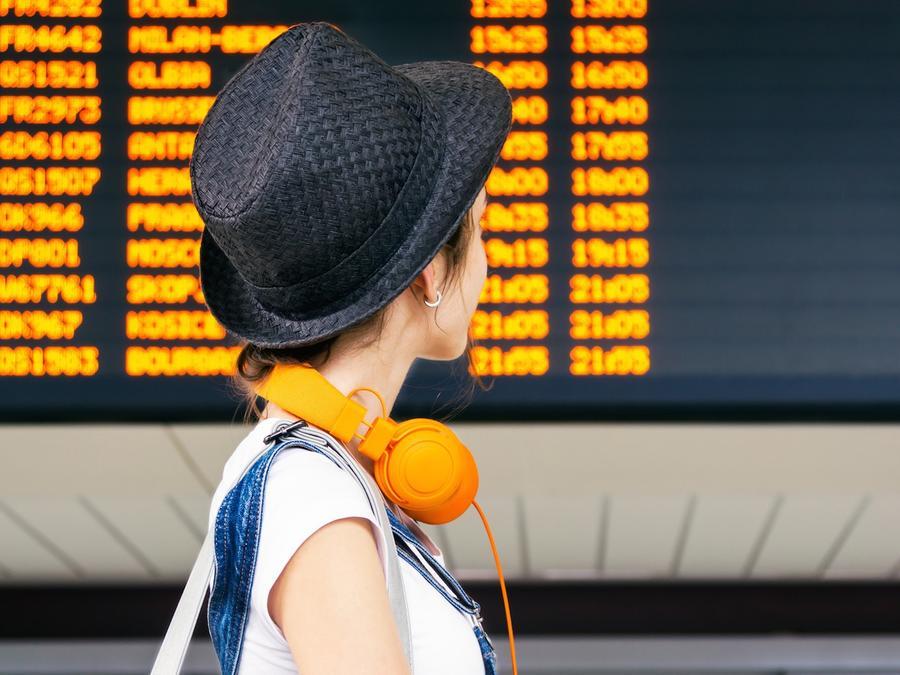 Mujer viendo horarios de vuelos