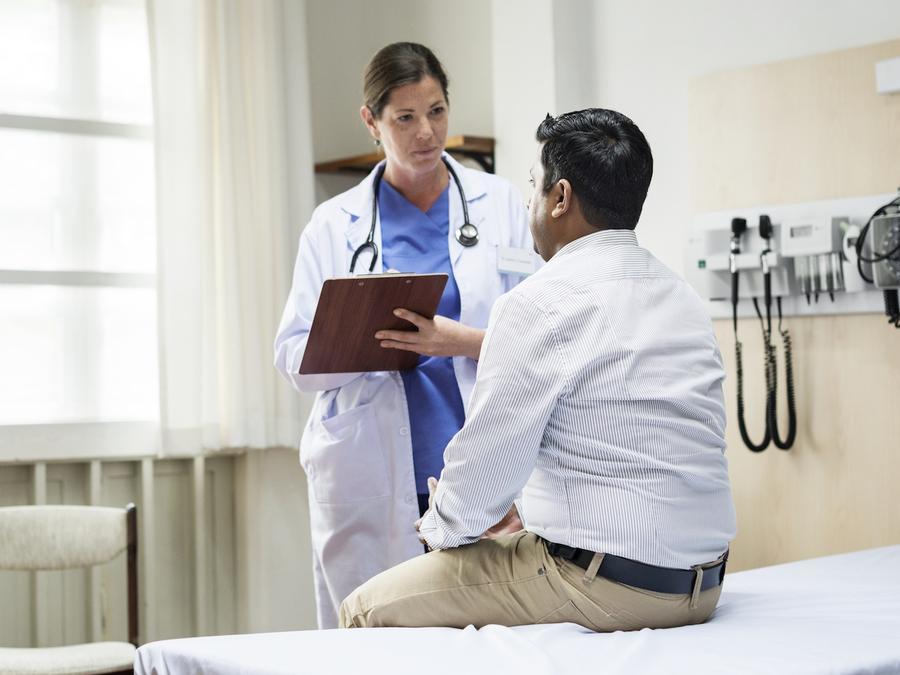 Hombre en consultorio con médica