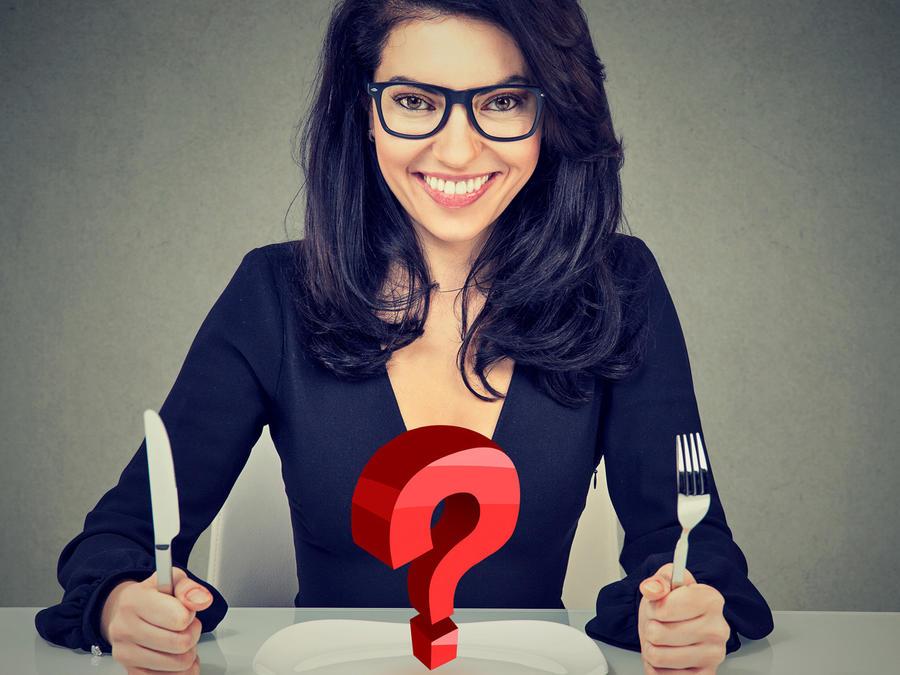 Mujer con plato y signo de pregunta