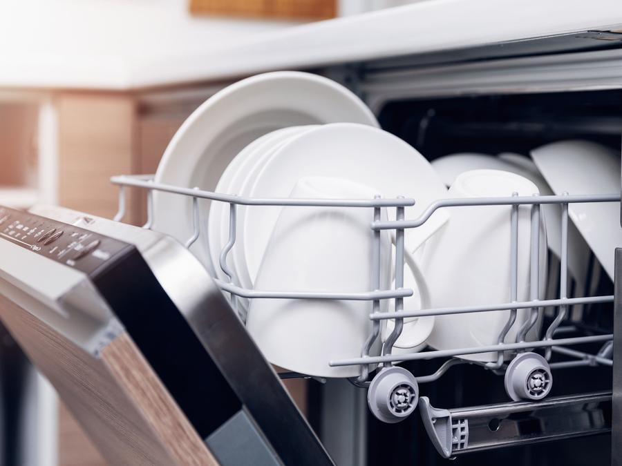 Lavaplatos con vajilla limpia