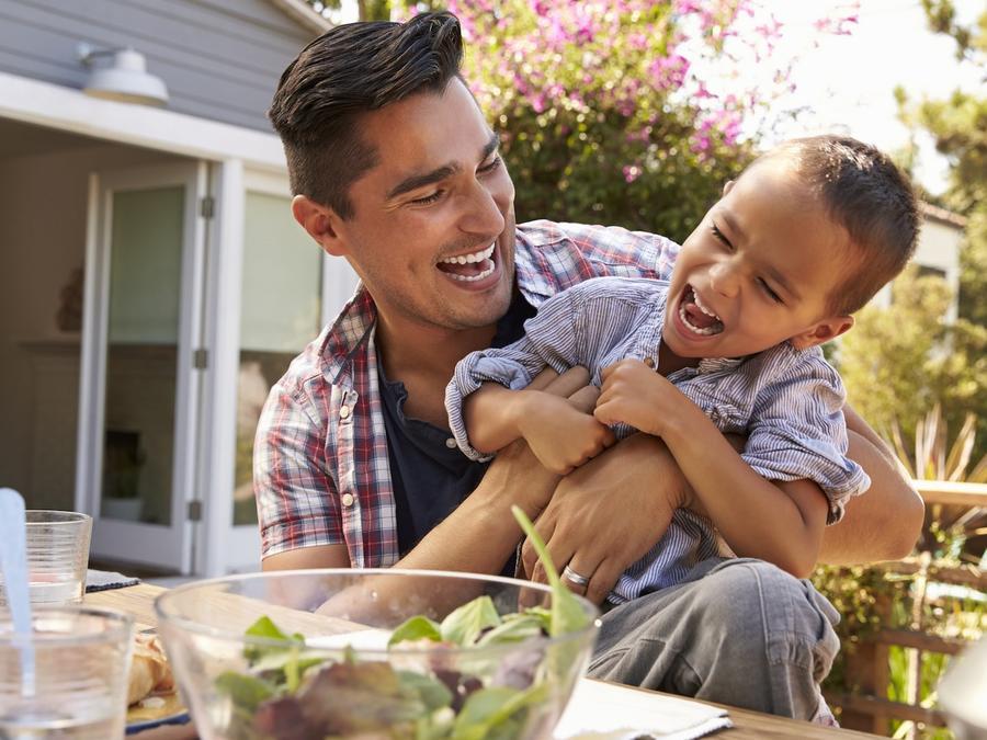 Padre e hijo riendo juntos