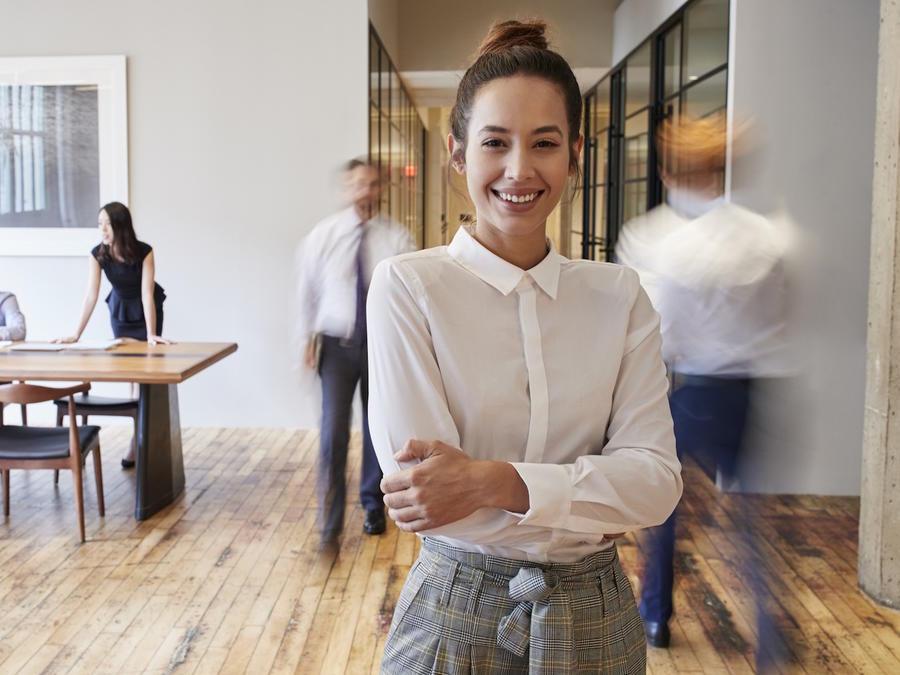 Mujer sonriente en oficina