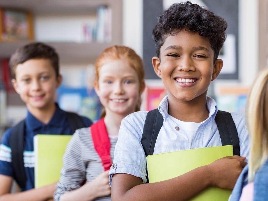 Niños sonrientes con mochilas