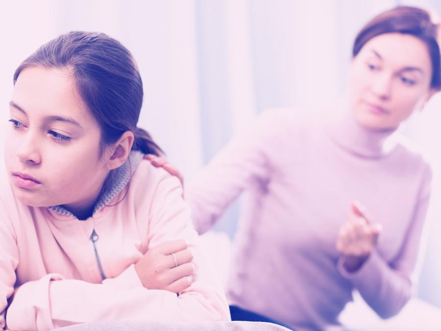 Madre intentando hablar con su hija