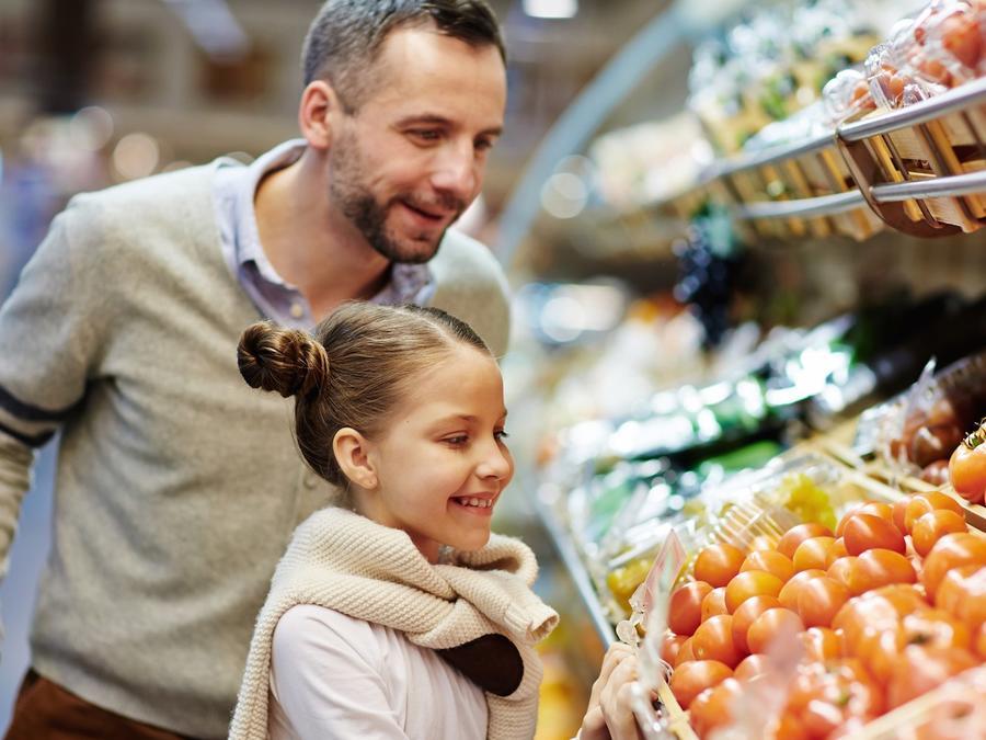 Niña y padre eligiendo vegetales
