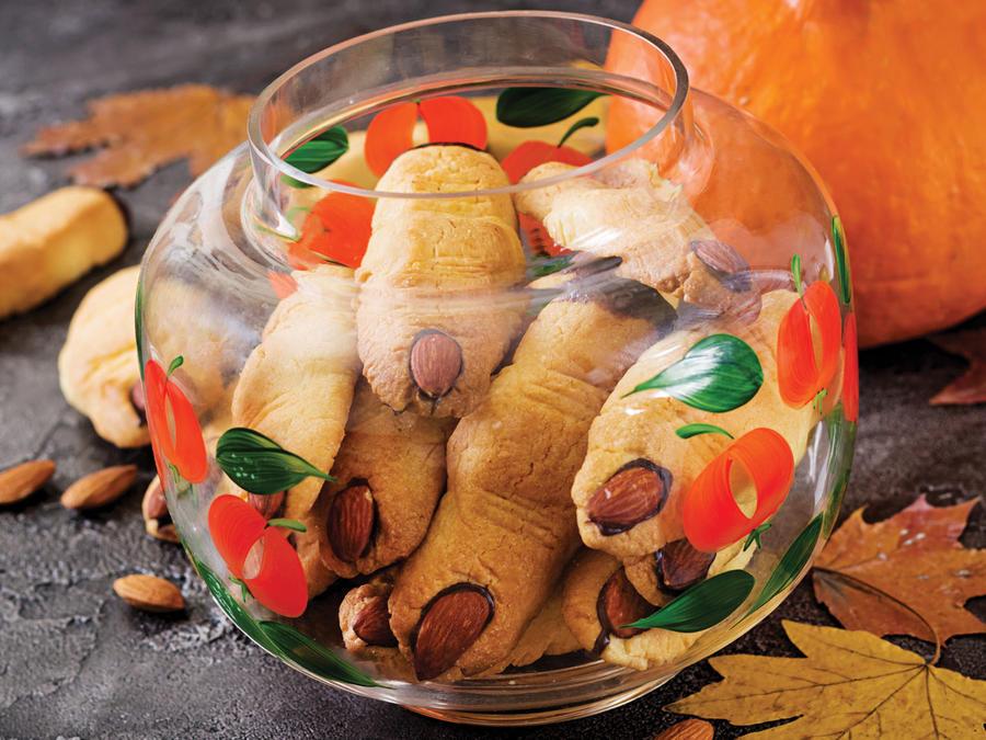 Bol de vidrio con galletas con forma de dedos