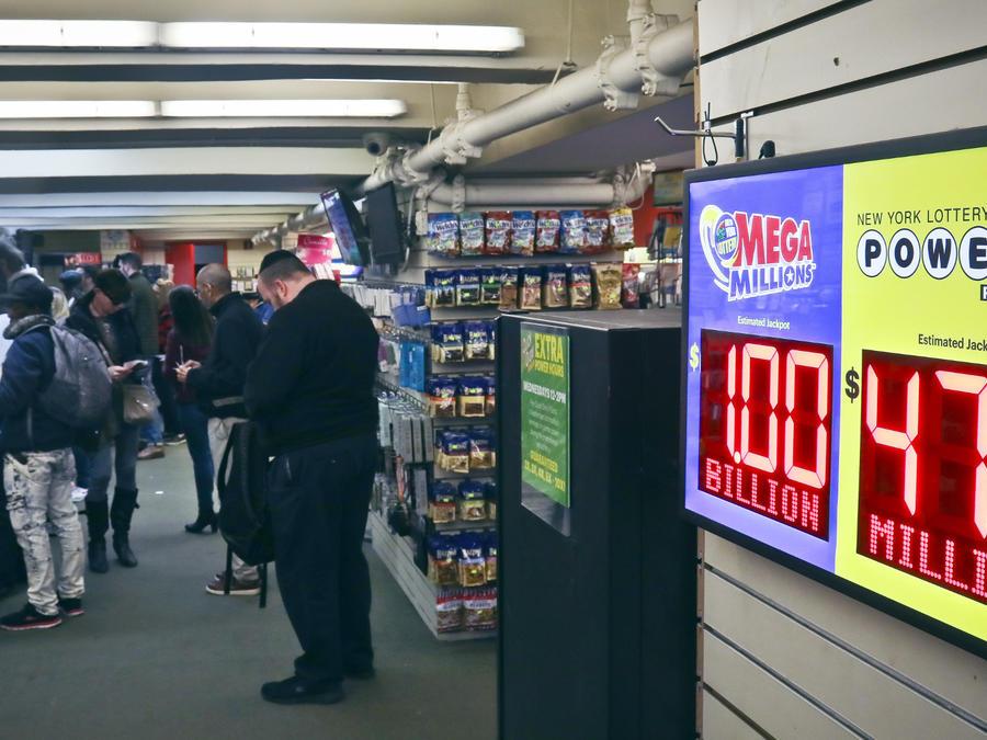 La gente compra boletos de la lotería Mega Millions/AP