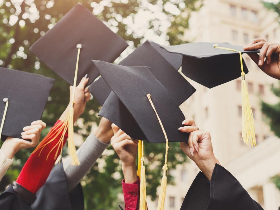 Estudiantes terminando universidad