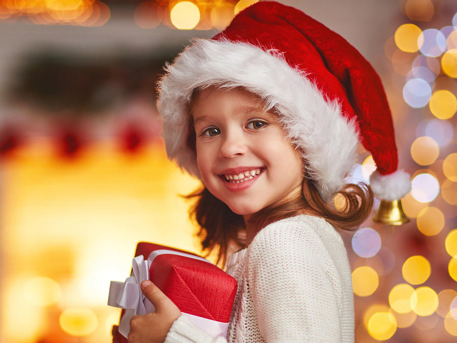 Niña con regalo de Navidad