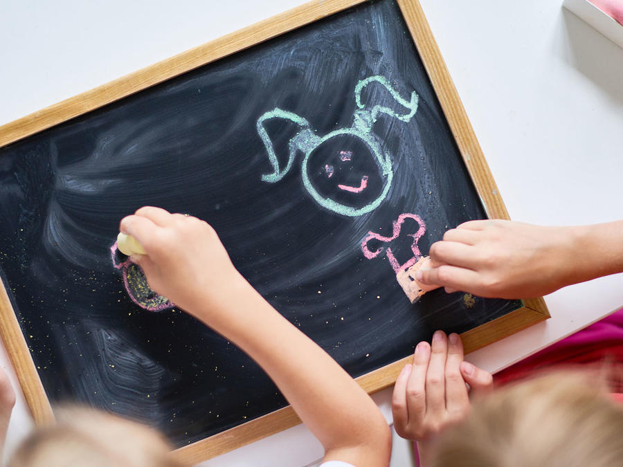 Niños jugando con pizarra de tiza