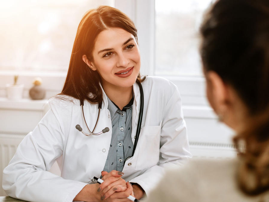 Médica sonriendo a una paciente