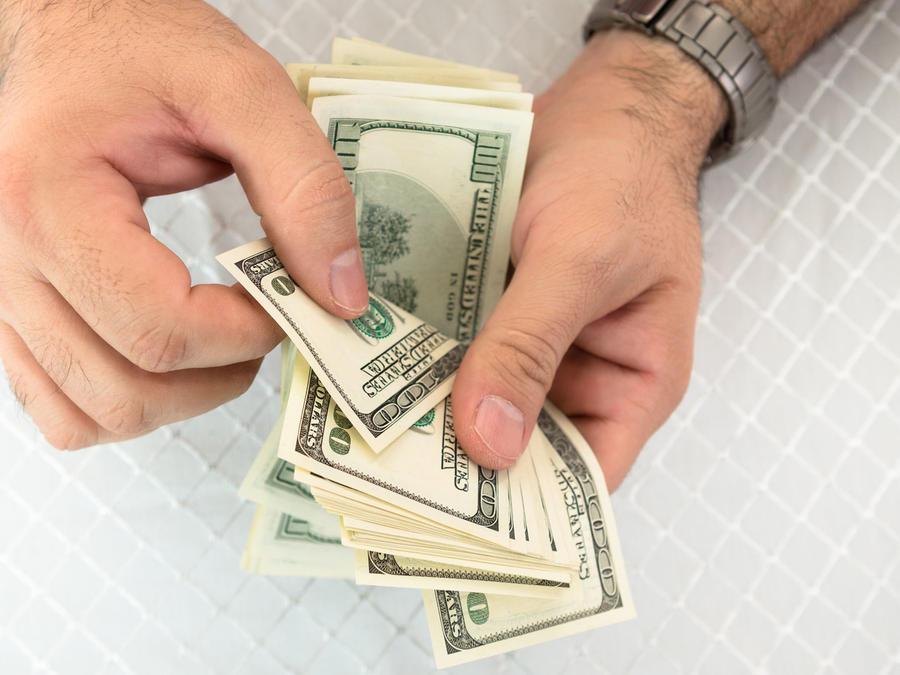 Hombre contando dinero