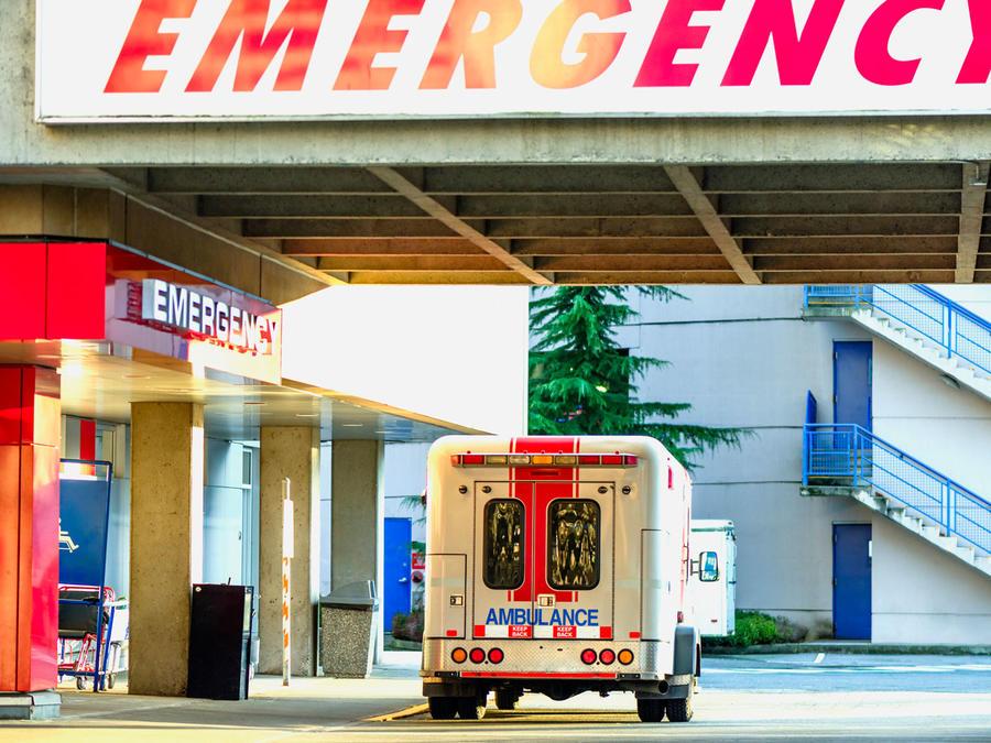Ambulancia frente a sala de Emergencias