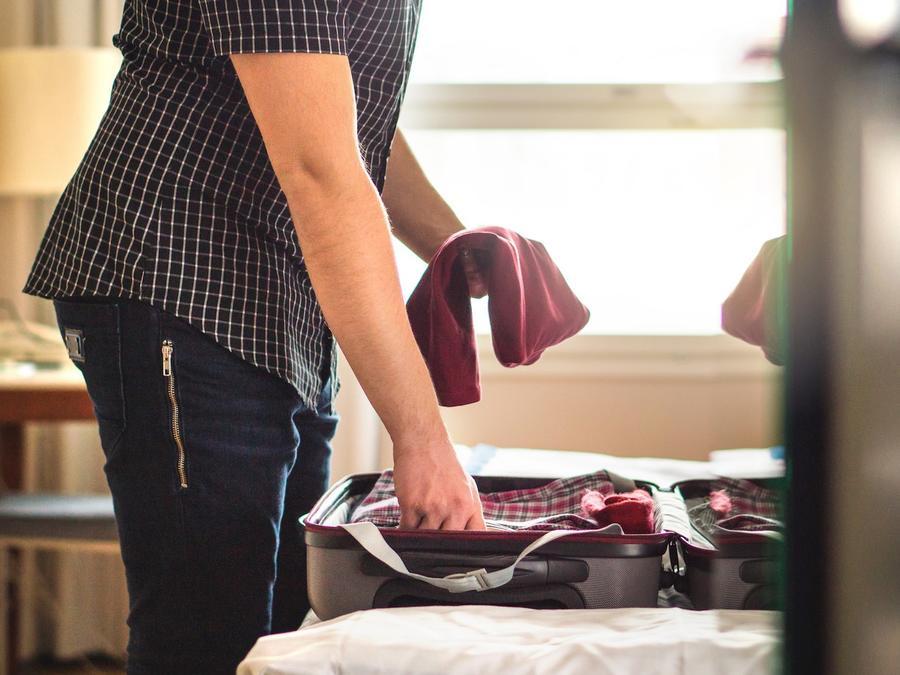Hombre haciendo valija