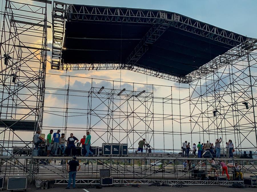 Chavismo instala tarima de concierto en frontera bajo fuerte control militar