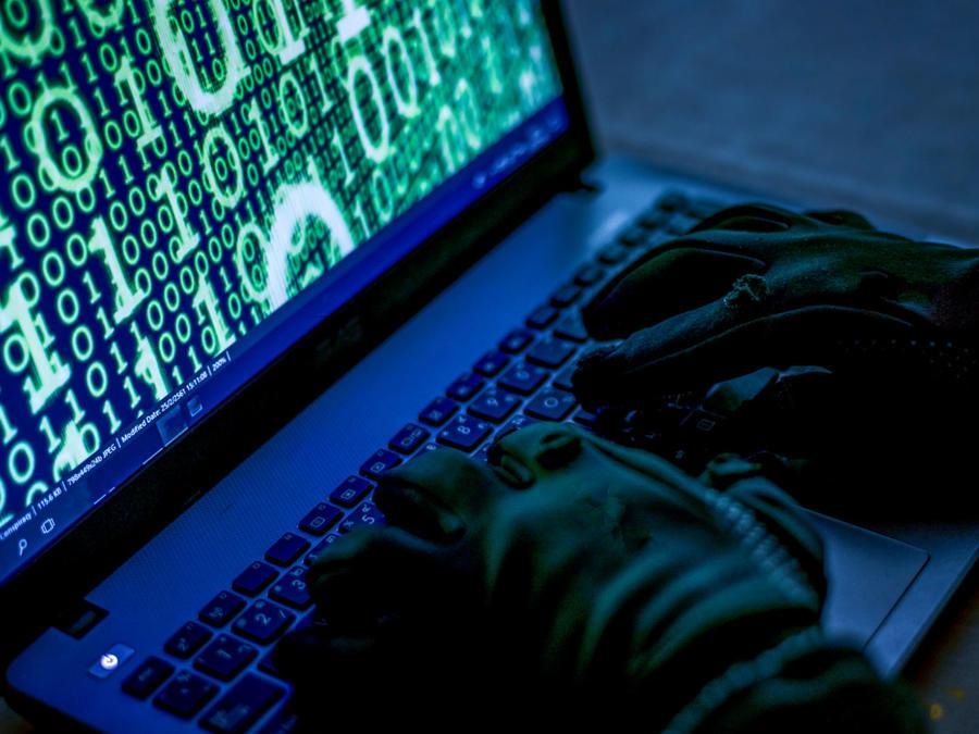 Hombre robando información personal