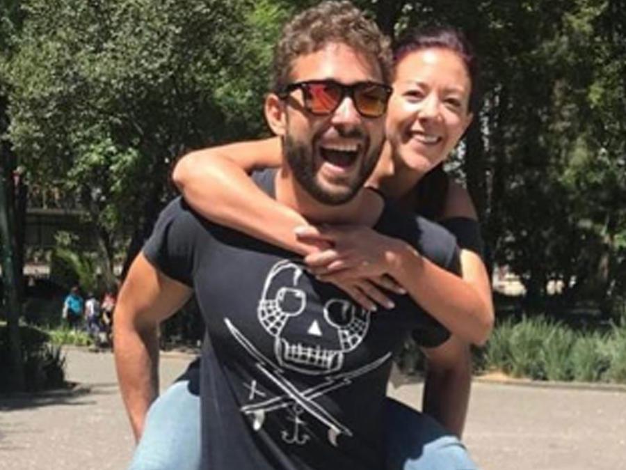 Fernanda Castillo jugando con su hermano Pablo Castillo