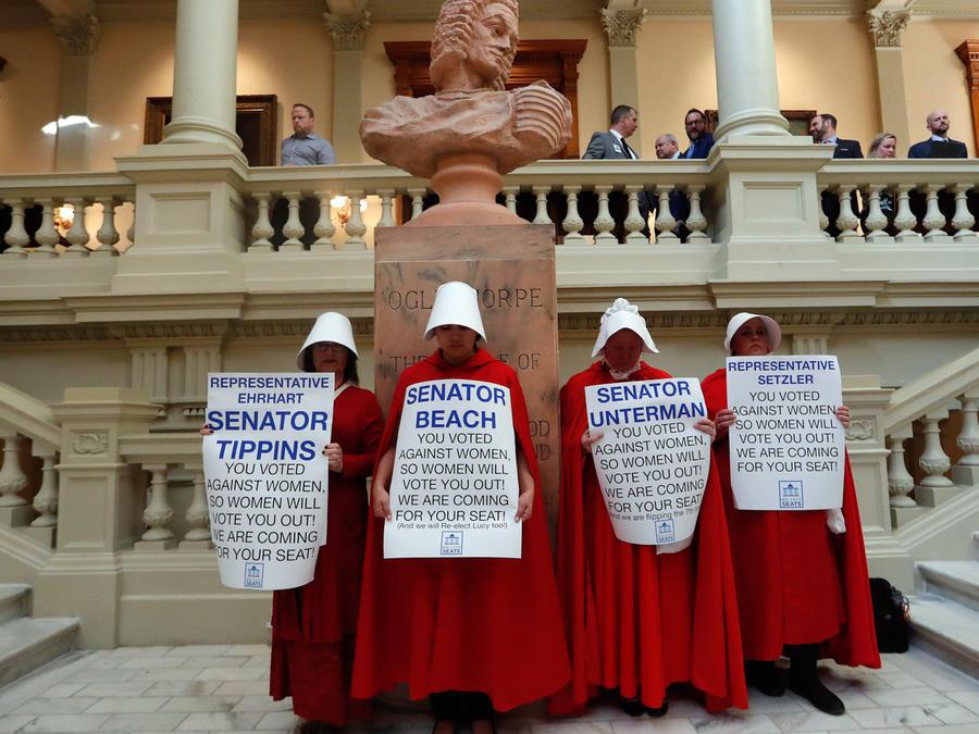 Foto de archivo del 2 de abril de 2019. Mujeres protestanla ley que prohibiría la mayoría de los abortos luego de que se detectara un latido fetal en Atlanta.