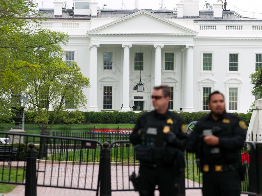 Dos policías en las inmediaciones de la Casa Blanca en una imagen de archivo.