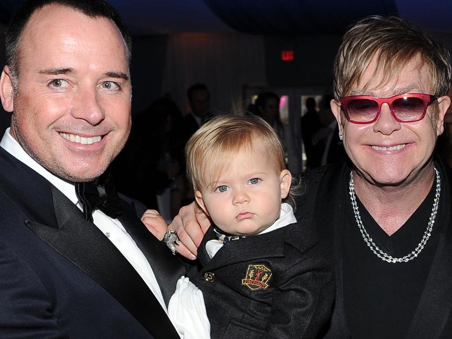 Sir Elton John, David Furnish y su hijo Zachary en la 20th Annual Elton John AIDS Foundation del 2012