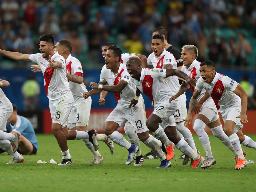 Jugadores de Perú festejando