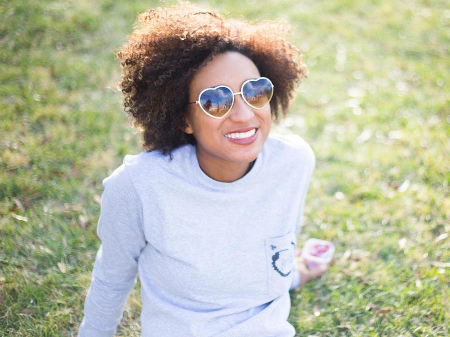 Mujer relajada y sonriente