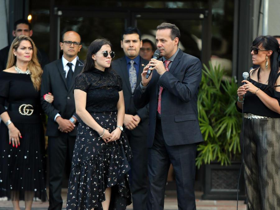 Familia, amigos y celebridades despiden a José José en un velorio privado en Miami,