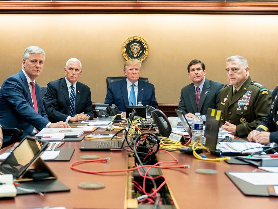 Al presidente Trump se unieron el vicepresidente Pence, el asesor de seguridad nacional Robert O'Brien, el secretario de Defensa Mark Esper, el presidente del Estado Mayor Conjunto, general del ejército Mark A. Milley y Brig, el general Marcus Evans, subd