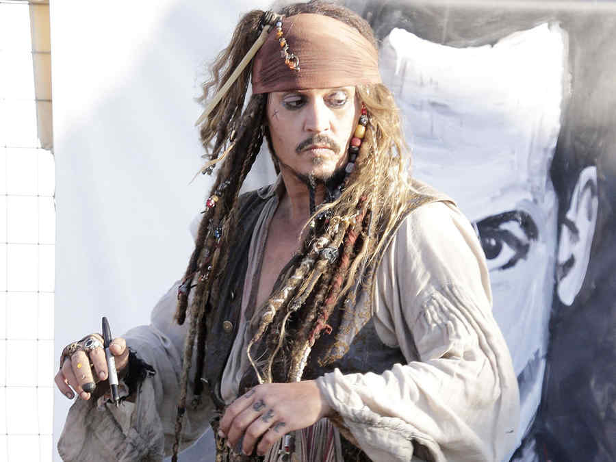 Johnny Depp se viste del famoso personaje Jack Sparrow en Australia.