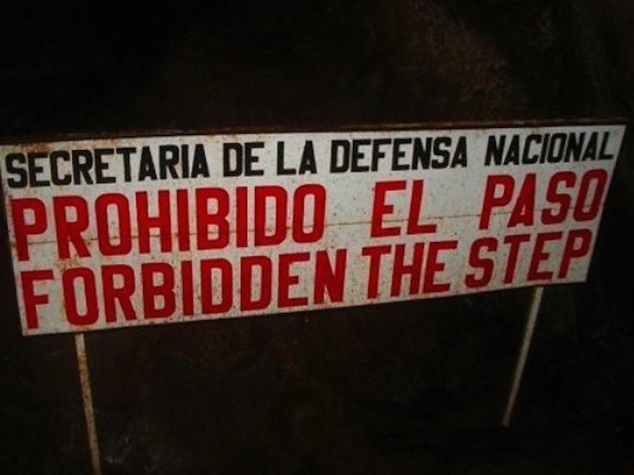 Mala traducción de un letrero que prohibe el paso