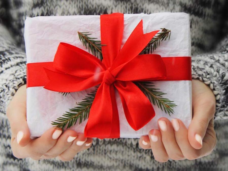 Mujer sosteniendo regalo de navidad