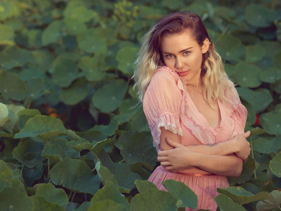 Miley Cyrus es fotografiada en la casa que comparte con su prometido Liam Hemsworth