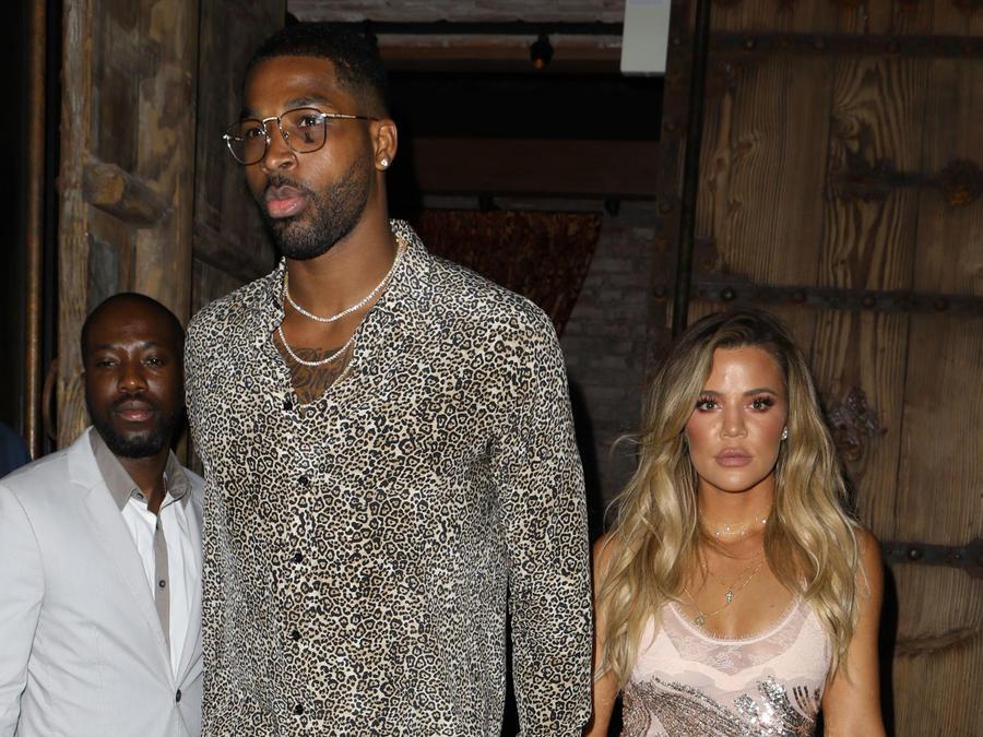 Khloé Kardashian con Tristan Thompson llegando a su fiesta sorpresa
