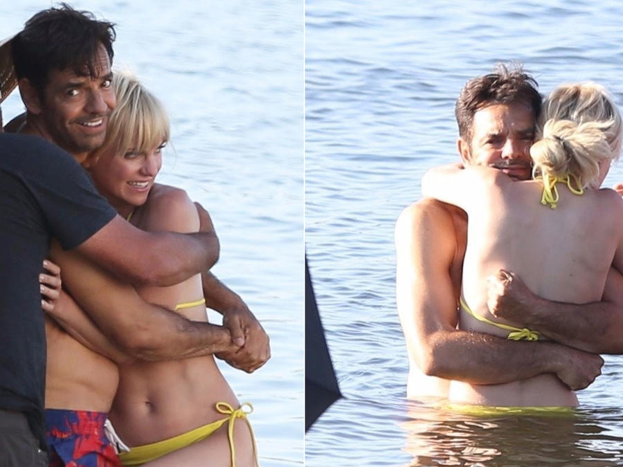 Eugenio Derbez con Anna Faris en el mar