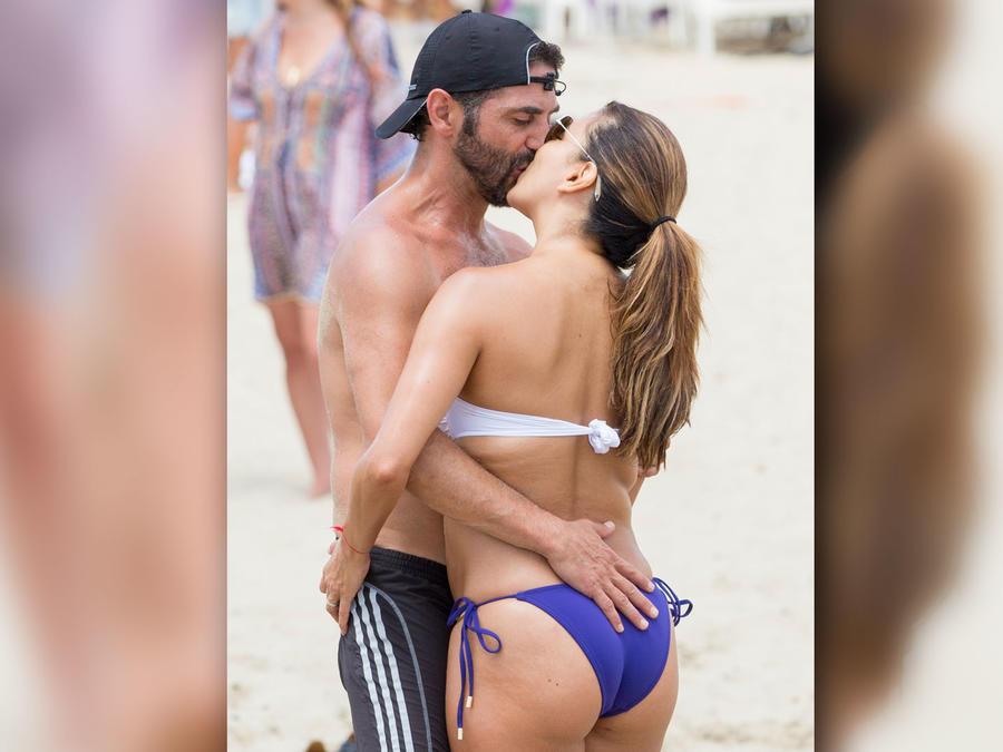 Eva Longoria besándose con su esposo Pepe Bastón en Ibiza