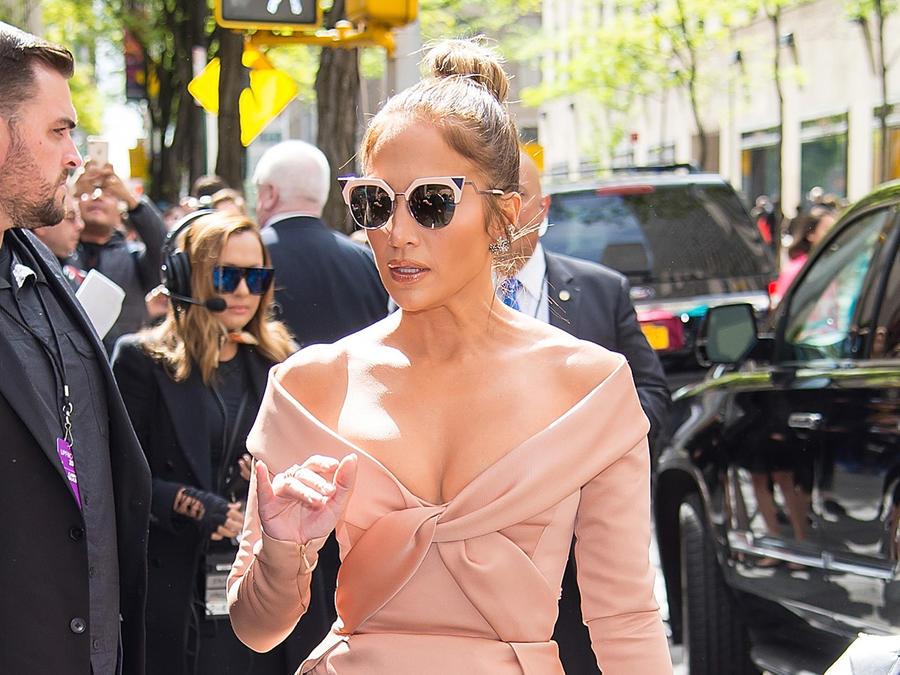 Jennifer Lopez con gafas espejadas
