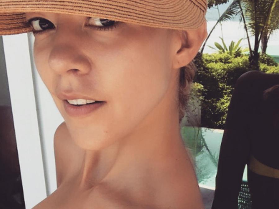 Fernanda Castillo presumió de sus curvas luciendo un sexy bikini amarillo