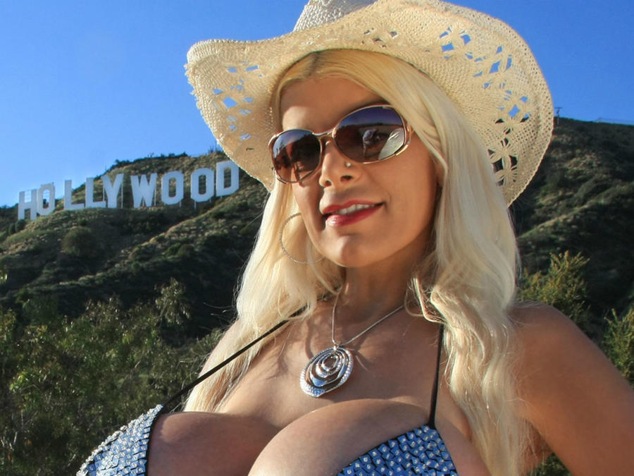 Martina Big Frente al letrero de Hollywood