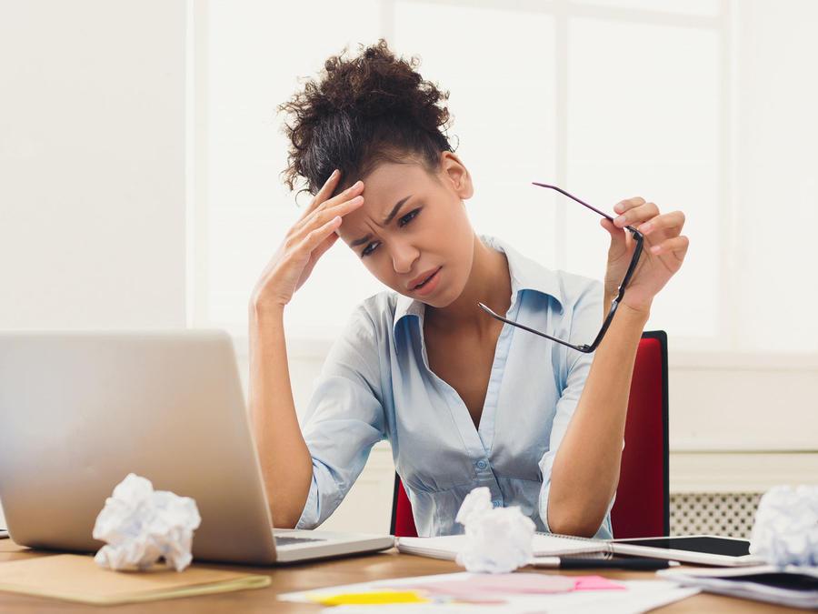 Mujer estresada en el trabajo