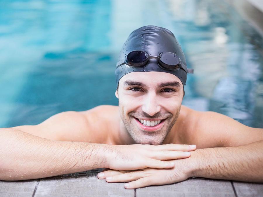 Hombre sonriendo en la piscina